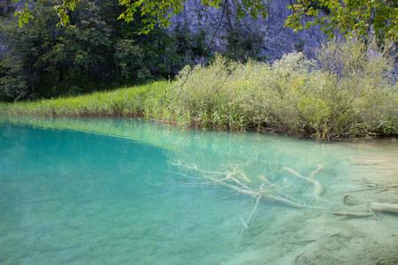 aguas turquesas del Parque Nacional de los Lagos de Plitvice en Croacia. Foto de archivo