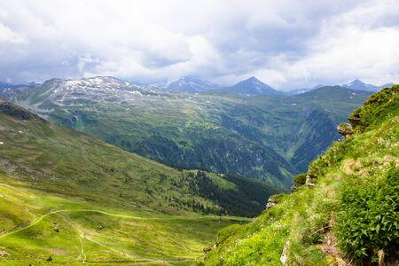 Blick auf die Alpen von der Seilbahn im Skigebiet Bad Gastein, Österreich