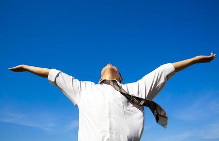 libertad: La relajaci�n del hombre de negocios bajo cielo azul