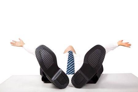 manos y pies: Hombre de negocios con pies de relajaci�n hasta en el escritorio  Foto de archivo