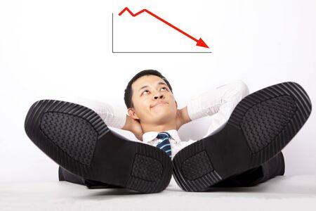 perezoso: Empresarios j�venes indefensos mirando el gr�fico de lucro