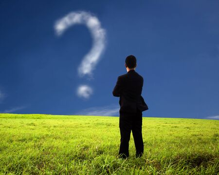mark: empresario pensando y viendo la composici�n de mark.the de la cuesti�n de la nube