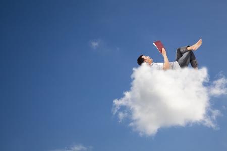 lezing: Ontspannen en lezen van boek op de wolk