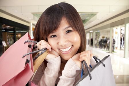 Gelukkig Aziatische vrouw in een winkel centrum