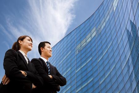 함께 현대적인 건물 앞에 서 비즈니스 팀 스톡 콘텐츠