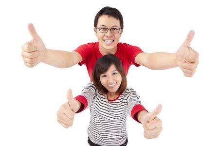pulgar levantado: Emocionado de la joven pareja celebrando con pulgar arriba