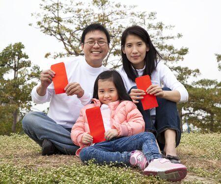 빨간색 들고 행복 한 중국 가족 축하 중국 새 해 봉투