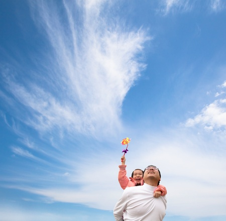 molino: Niña feliz y padre con fondo de nubes y el cielo Foto de archivo