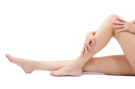 piernas sexys: Piernas de la mujer saludable y sexy aisladas sobre fondo blanco