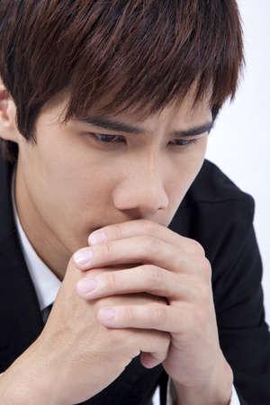 homme triste: Young et triste homme priant  Banque d'images