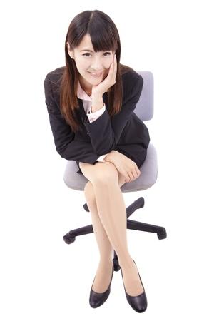 donna seduta sedia: Ritratto di donna bella business seduta sulla sedia isolato su sfondo bianco