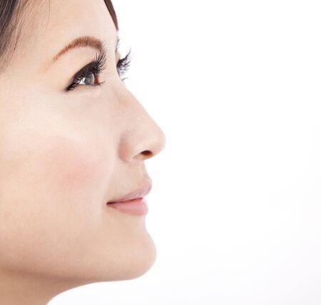 흰 배경에 고립 된 아름다움 아시아 여자의 얼굴을 닫습니다