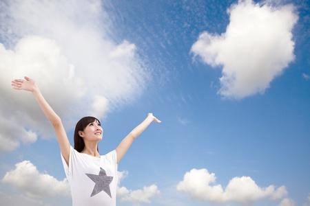 Heureuse jeune femme regarder le ciel et les nuages Banque d'images
