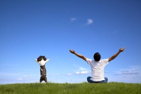 Jonge man met hond ontspannen op zomer times
