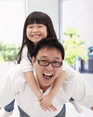 幸福的亚洲家庭。父亲和小女孩