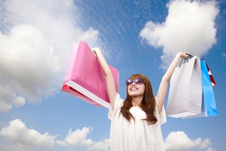 compras chica: chica de moda con bolsa de compras Foto de archivo
