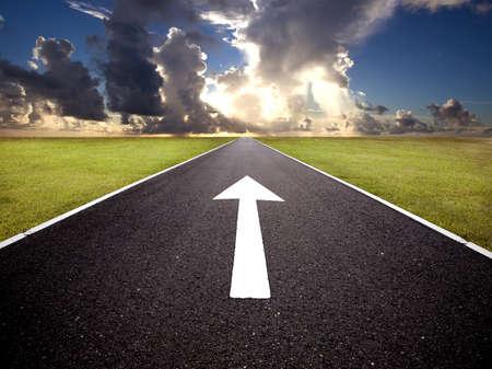 empezar: El camino hacia el amanecer y marca hacia adelante Foto de archivo