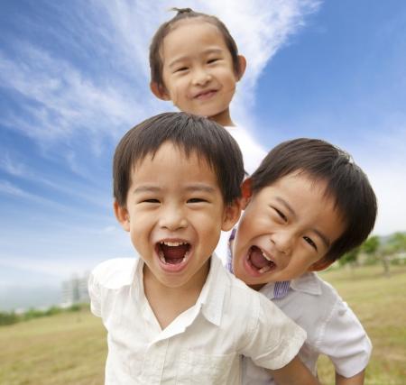 enfants qui rient: Portrait de plein air heureuses kids  Banque d'images