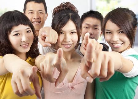 handsome student: Retrato de un sonriente estudiantes asi�ticos apuntando a usted