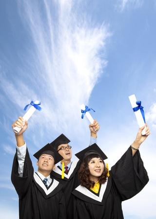 그들의 졸업장을 들고 졸업생들의 행복 그룹 스톡 콘텐츠
