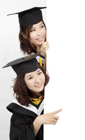 Grupo de graduados sosteniendo una pancarta en blanco