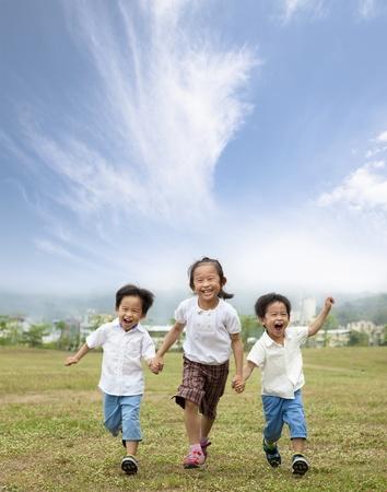 ni�o corriendo: feliz ejecutando a ni�os asi�ticos Foto de archivo