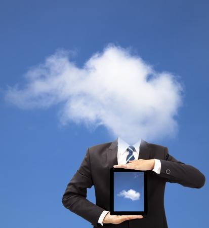 구름 생각 개념과 태블릿 PC를 들고 사업가 스톡 콘텐츠