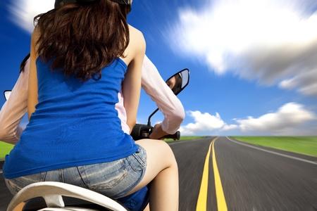 vespa: ni�as conducir una motocicleta con alta velocidad en una carretera del pa�s