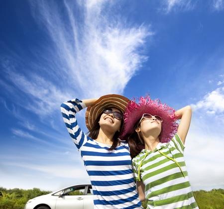 šťastná mladá žena si dovolenou na výlet Reklamní fotografie
