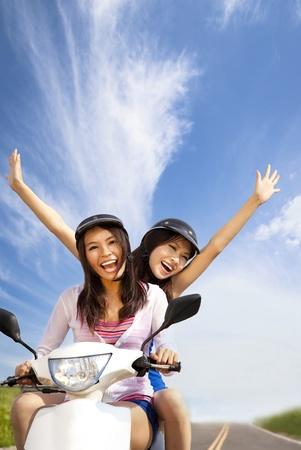 free riding: Felice giovane donna avendo viaggio estivo su uno scooter
