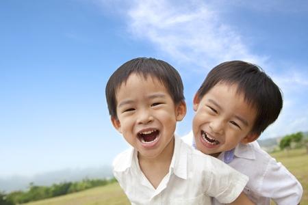 enfants qui rient: Portrait de joyeux petits gar�ons