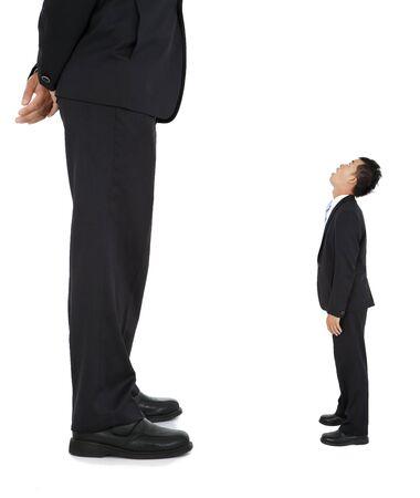 Kleiner Geschäftsmann schaute auf einen riesigen Geschäftsmann Standard-Bild