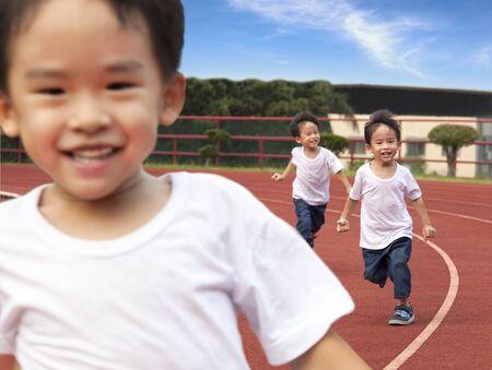 행복한 아이들이 경기장 트랙에서 실행