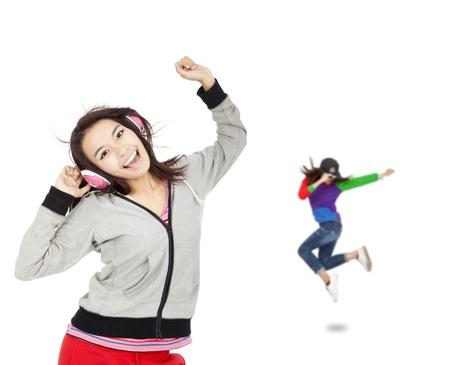happy asijských mladá žena poslouchat hudbu a tanec