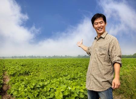 joven agricultor: agricultores asi�ticos feliz mostrando su granja Foto de archivo