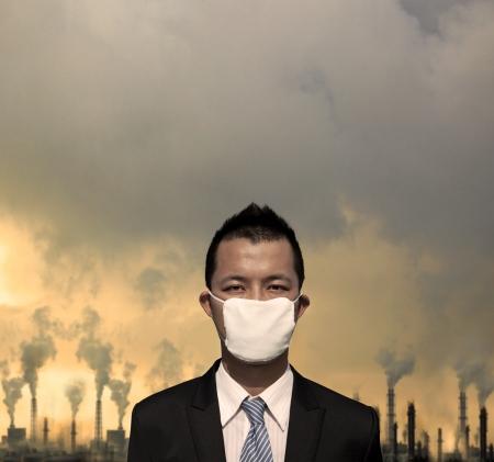 contaminacion aire: triste bussinessman con la m�scara y el concepto de la contaminaci�n del aire