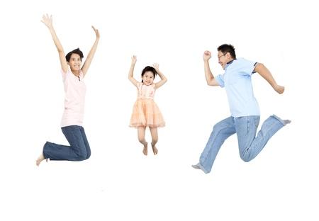persona saltando: saltar familia feliz y aisladas sobre fondo blanco