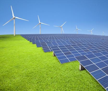 paneles solares: paneles solares y turbinas de viento en el campo de hierba