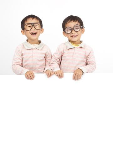 화이트 보드 뒤에 두 행복한 아이들 스톡 콘텐츠