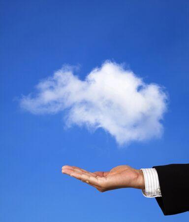 개념 클라우드 컴퓨팅. 사업가의 손에 구름을 보유