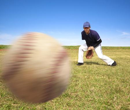 coger: jugador de b�isbol listo atrapar el bal�n r�pido