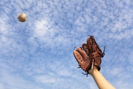 la mano en el guante de béisbol y está listo para atrapar el balón Foto de archivo
