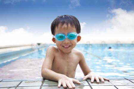 ni�os chinos: ni�o feliz en la piscina Foto de archivo