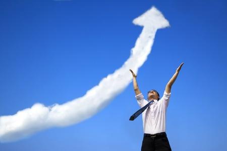 succes zakenman met bedrijf groeiende grafiek wolk