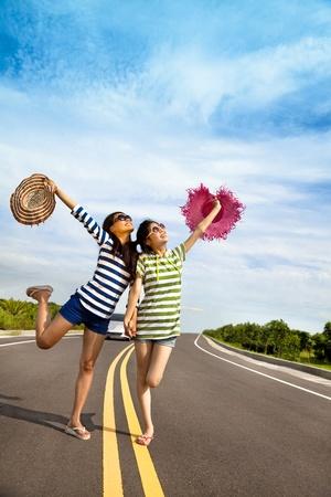 chicas divirtiendose: dos chicas se divierten en el viaje por carretera en el verano
