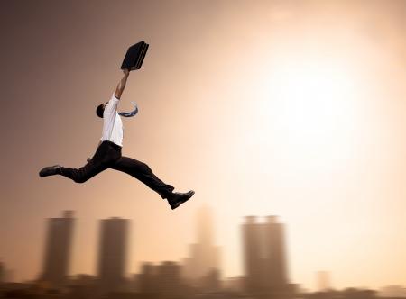 Hombre de negocios entusiasmado corriendo con el fondo de paisaje urbano en la mañana