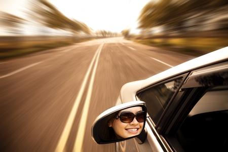 conducci�n: joven mujer conduc�a el veh�culo en la carretera