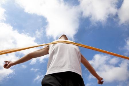 maraton: Ganar corredor con fondo de la nube Foto de archivo
