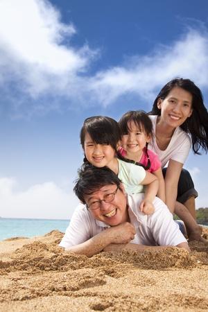 asia family: familia feliz en la playa