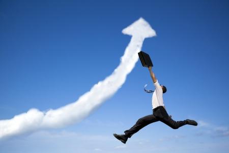 verhogen: springen zakenman met bedrijf groeiende grafiek wolk Stockfoto